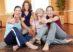 Lachende Frauengruppe im Sportstudio hält die Daumen hoch